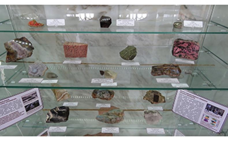 Институтом геофизики им. Ю.П. Булашевича УрО РАН были переданы образцы горных пород и минералов Урала в ФГБУ